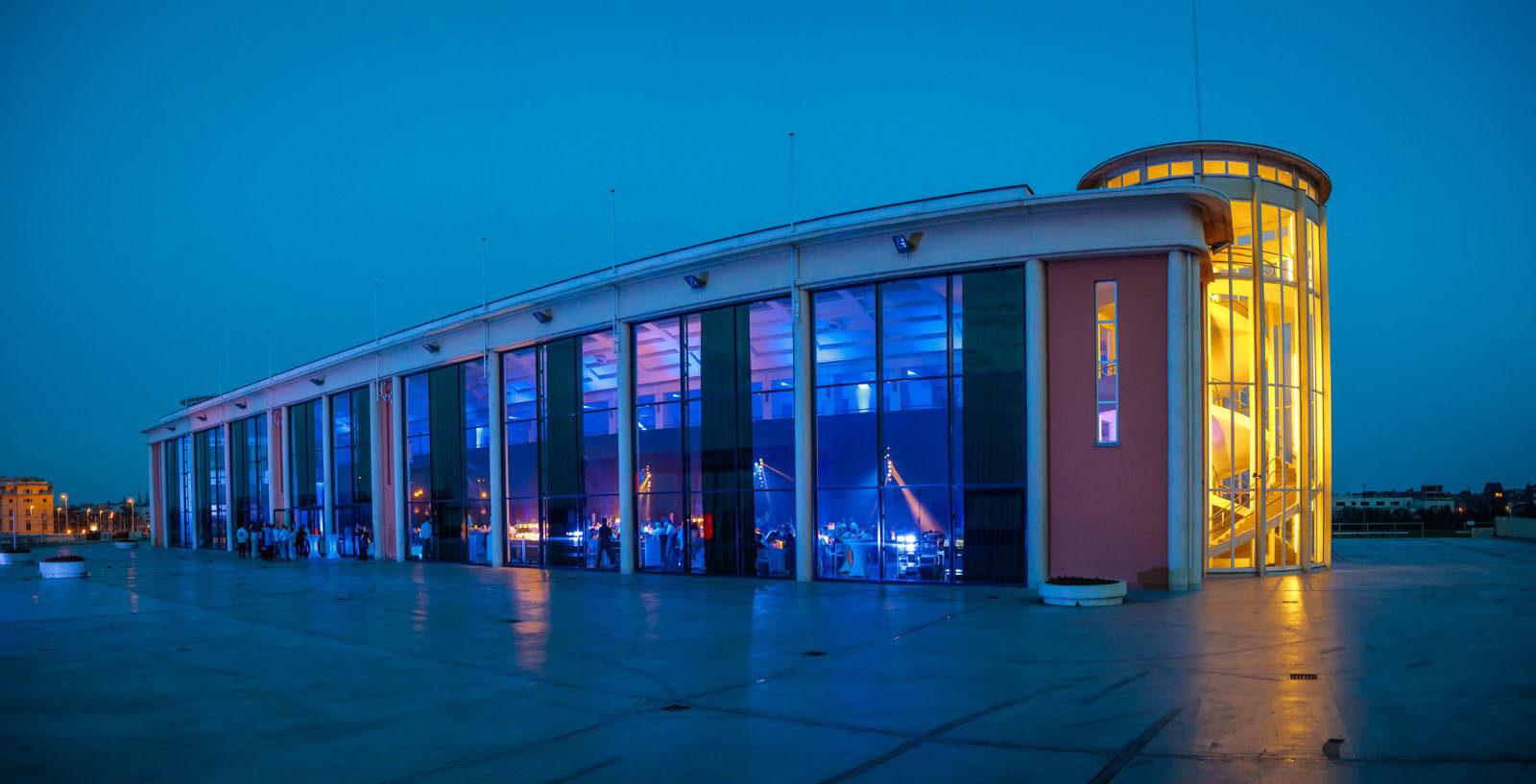 De verlichte Hippodroom in de avondschemering